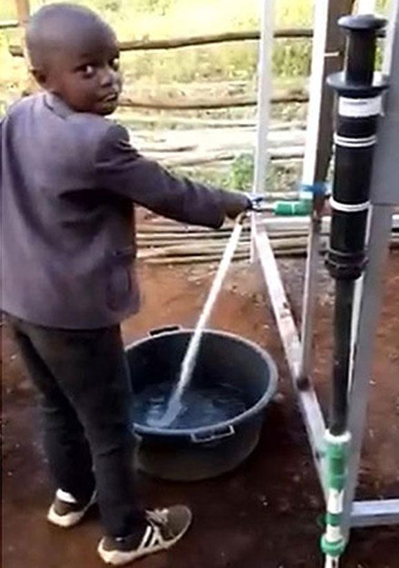 Bombas manuales de agua potable en África